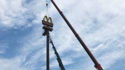 """Hoogste 'Golden Arches' van McDonald's in België naar beneden gehaald: """"Iconische 'M' maakt al twintig jaar deel uit van Ninoofse skyline, tijd voor nieuw exemplaar"""""""