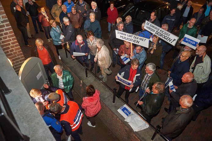 Beslissing fusie Landerd en Uden. Aktie door de bevolking van Schaijk voor het Raadhuis. Fotograaf: Van Assendelft/Jeroen Appels