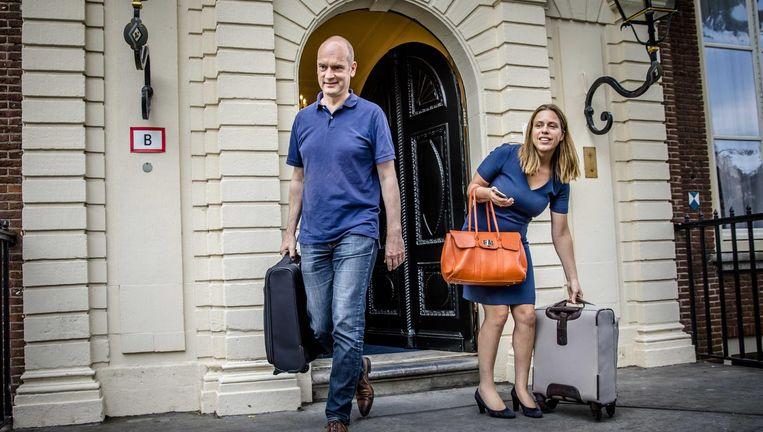 ChristenUnie-voorman Gert-Jan Segers en zijn secondant Carola Schouten verlaten het Johan de Witthuis na afloop van formatie-onderhandelingen, 11 juli. Beeld anp