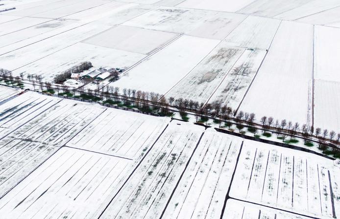 De eerste sneeuw van deze winter is gevallen. Een dijk in Maasdam vanuit de lucht gefotografeerd.