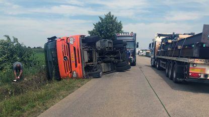 Vrachtwagen kantelt in Nijverheidsstraat