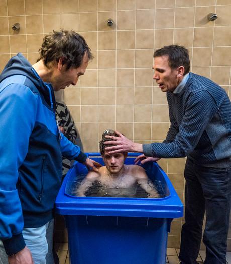 Bevrijdende doop in een papiercontainer in Daarlerveen