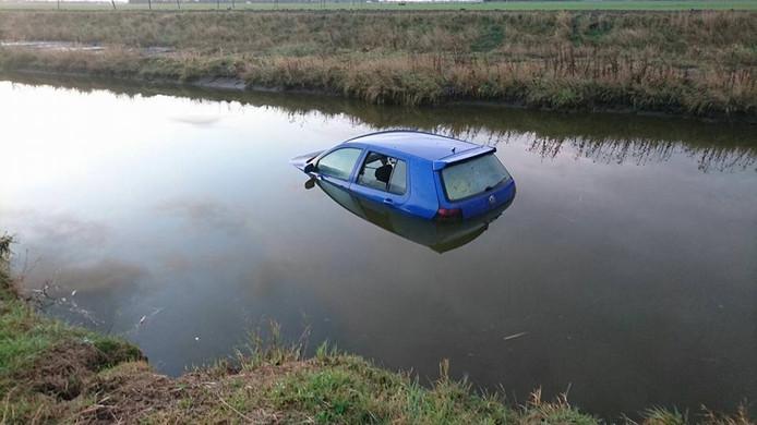 Een man uit Oostburg belandde woensdagavond rond 23.00 uur met zijn auto in de sloot, maar seinde de politie pas de volgende dag in.