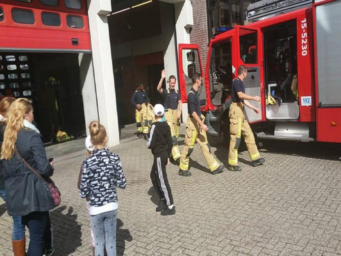 De kinderen mochten vandaag een rondje meerijden in een brandweerwagen.