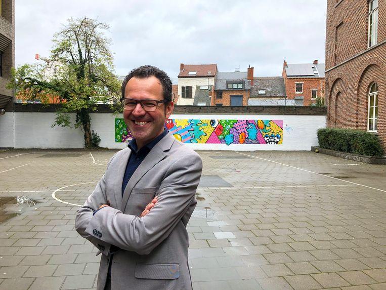 Schepen Joost Venken (RoodGroen+) op een speelplaats die groen zal worden.