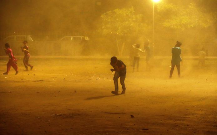 Kinderen tijdens  een zandstorm  in New Delhi. Foto Adnan Abidi
