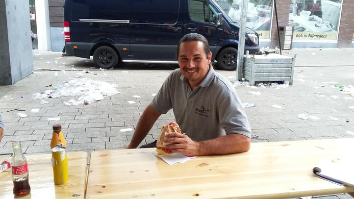 Een broodje voor Marco van de Ven. ,,We zijn hier op Plein 1944 bijna klaar.''