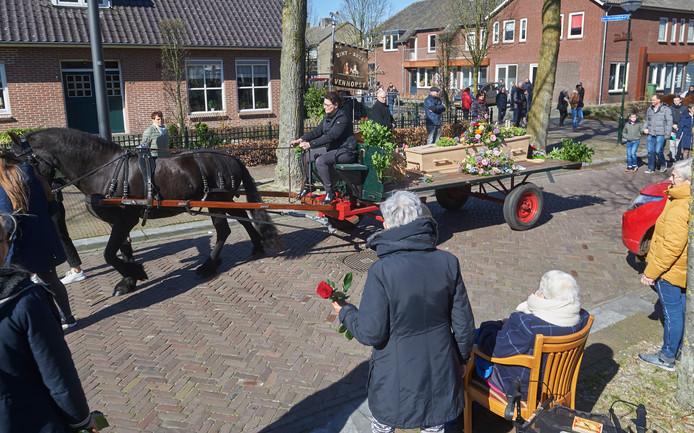 Met paard en kar werd dinsdagmorgen Cor Derks uit Venhorst naar de Sint Jozefkerk gebracht. De erehaag wordt een populair alternatief nu nog maar dertig mensen bij de afscheidsdiensten mogen zijn.