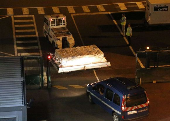 Een politie-escorte voor het vermoedelijke luchthaventransport van het gevonden wrakstuk.