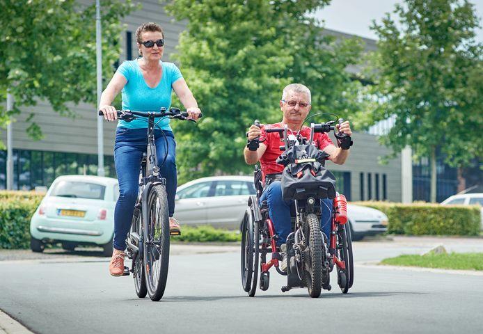 Willy van de Valk uit Boekel op de rolstoelfiets met zijn vrouw Agnes.