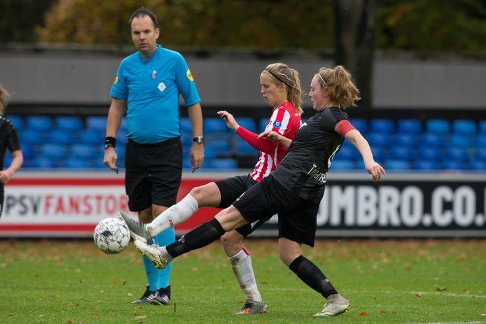 Silvie van der Plas (in het zwart van vv Alkmaar) in duel met Katja Snoeijs van PSV.