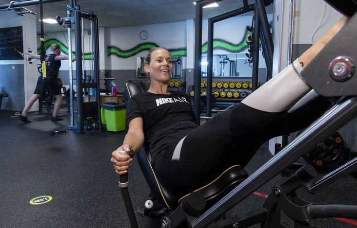 Nanette Melse, dochter van Leon Beelen, eigenaar Movadosports, in de sportzaal.