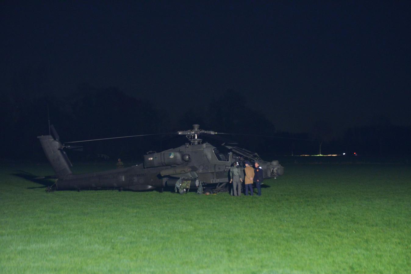 Een onderzoeker van de Onderzoeksraad voor Veiligheid praat met de bemanning van de Apache.