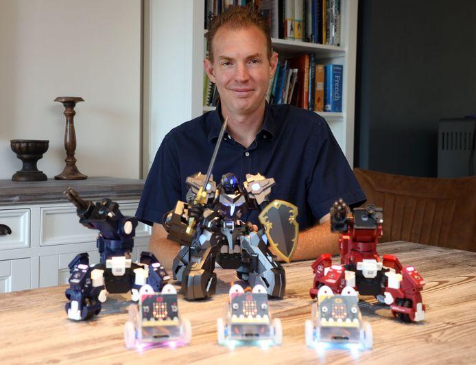 Heinrich Bierman leert kinderen robots bouwen en programmeren. De drie kleine robots vooraan kunnen kinderen zelf bouwen na acht lessen.