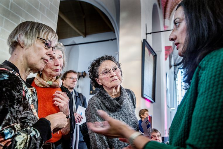 Columniste Naema Tahir in gesprek met het publiek in de pauze van het columnistenfestival van Trouw.  Beeld Jean-Pierre Jans