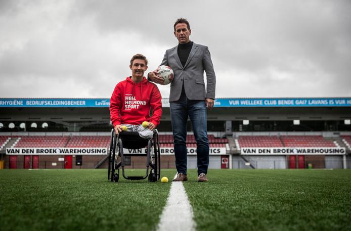 Helmond Sport-directeur Leon Vlemmings (r) prijst Niels Vink alsof het een nieuwe aanwinst voor zijn eerste elftal is.