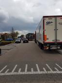 Buurtbewoners hebben veel overlast van aardappelhandel Kouters. Er zijn bijvoorbeeld veel vrachtwagens die op straat geparkeerd staan.