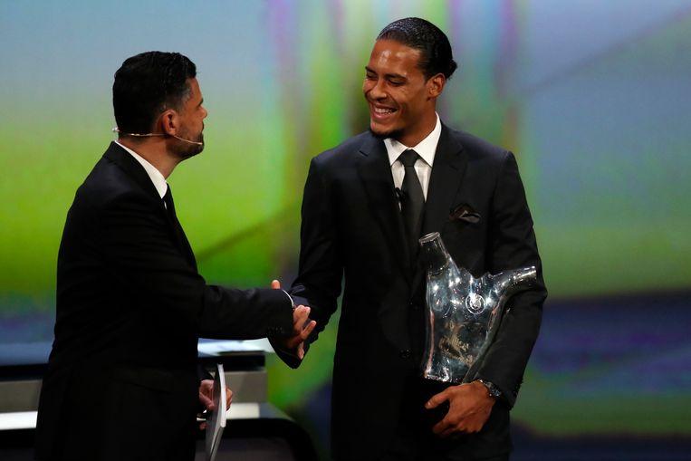 Virgil van Dijk neemt zijn trofee in ontvangst.