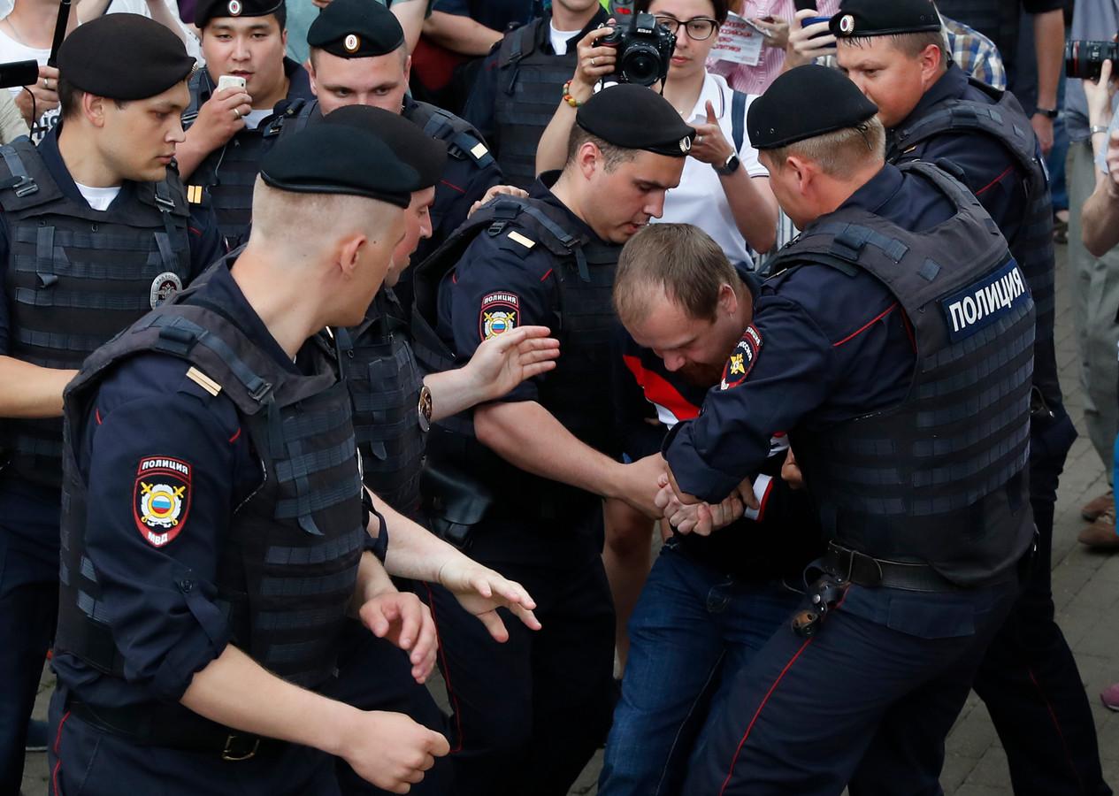 Demonstranten verzetten zich tegen hun aanhouding door agenten in Moskou.