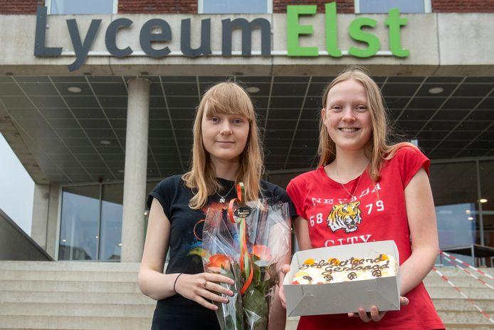 Mariska (links) en Tamara Spijker slaagden cum laude voor hun vwo diploma aan het Lyceum Elst.