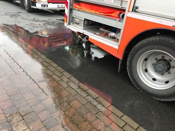 De brandweer kwam het wegdek opruimen.