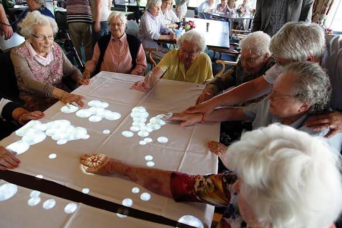 De ouderen vermaakten zich meteen met de nieuwe tovertafels.