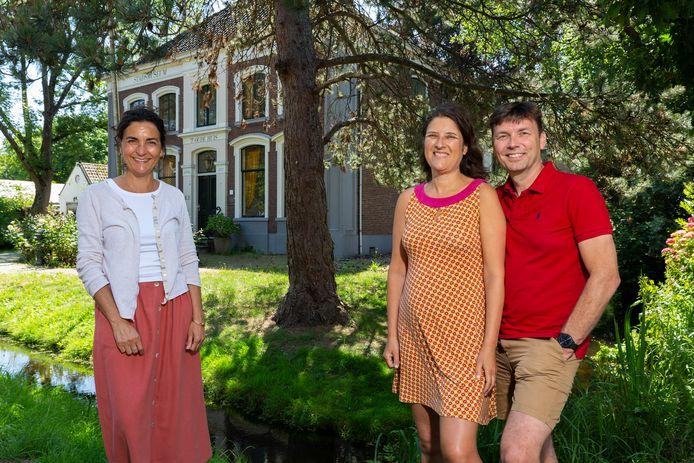 Het voormalige Stadsmuseum aan de Dorpsstraat in Zoetermeer is gekocht door opleidingscentrum De Eerste Verdieping. Op de foto de driekoppige Delftse directie: Renée Hilverdink (links), Cathelijne Wildervanck en haar partner Richard Spek.