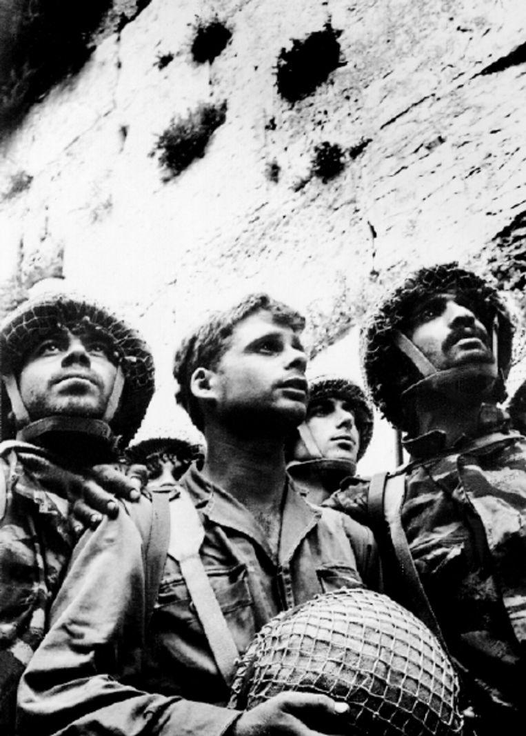 Israëlische soldaten vieren op 9 juni 1967 bij de Klaagmuur hun overwinning op Jordanië. Eén dag later was de Zesdaagse Oorlog ten einde. (FOTO AFP) Beeld AFP