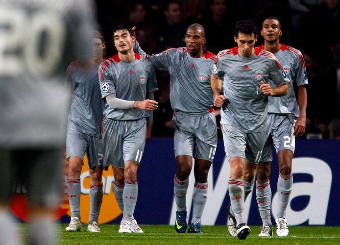 Ryan Babel (m) is de gevierde man bij Liverpool na zijn gelijkmaker tegen PSV.