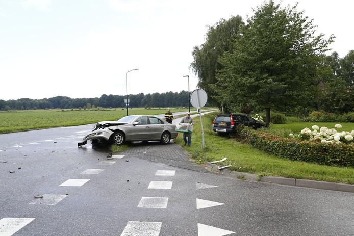 Tijdens de botsing belandde een van de auto's in een nabije tuin.