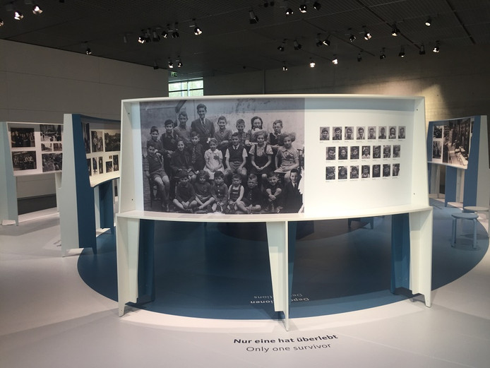 Van deze schoolklas in Deventer overleefde alleen het meisje in het midden de oorlog. Felice Polak - het 'meisje in het witte jurkje' - zou de tentoonstelling in Nederland openen maar overleed een week voor die tijd.
