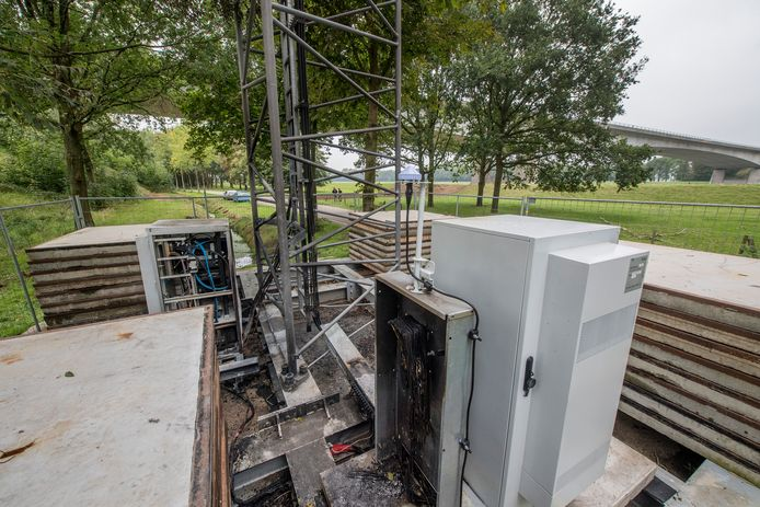 Bij de brand bij de zendmast in het Gelderse Rijswijk - de derde in een half jaar tijd - raakten de zendkasten en de bekabeling beschadigd.