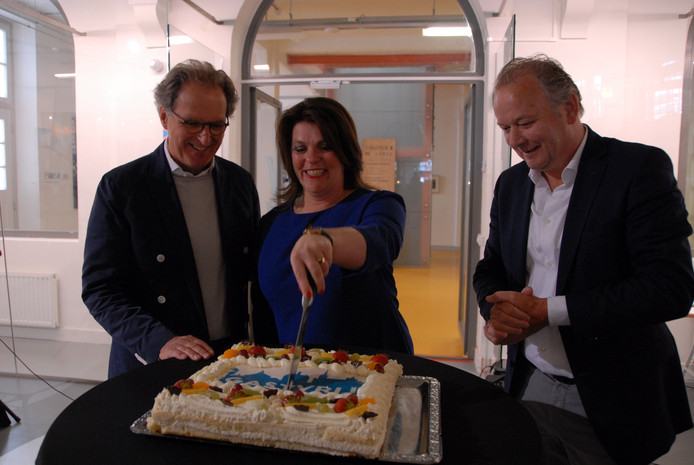 Voorzitter Hilde Terlouw sneed in het bijzijn van burgemeester Rombouts en wethouder Kagie een taart aan, om de doorstart te vieren