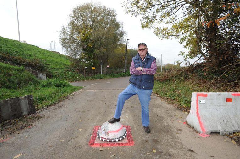 """Landbouwer Edmond De Vos is niet tevreden over de tractorsluis in de Potaarde. """"Wat als de hulpdiensten hier ooit langs moeten?"""", vraagt hij zich af."""