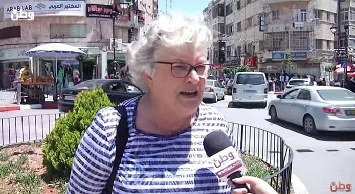 Mieke Nuijen wordt door de lokale omroep in Palestina geïnterviewd over haar ervaringen in hoofdstad Ramallah.