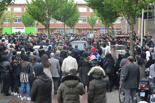 Bij de moskee in de Kempstraat in Den Haag zijn veel mensen bijeengekomen om de vier jonge mannen te herdenken.