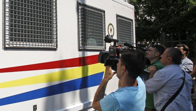 Het politiebusje waarin de verdachten vorige maand naar de rechtbank in Boekarest werden overgebracht. Beeld reuters