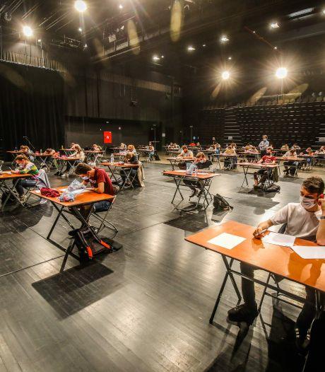 Brugse universiteitsstudenten met mondmaskers leggen examens af in concertzaal