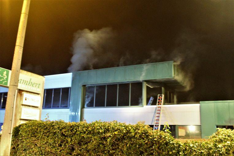 Het kantoorgedeelte zat bij aankomst van de brandweer al onder de rook
