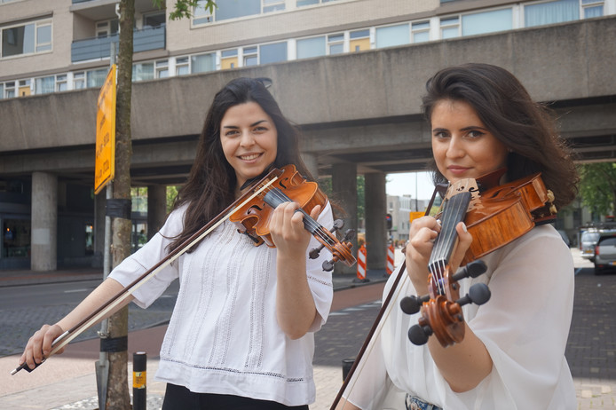 Gabriela en Cerasella voor de Katterug, waar zaterdag en zondag de optredens zijn.