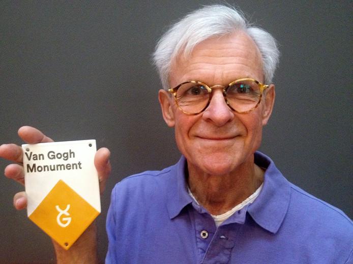 Werner Grientschnig uit Helvoirt toont met enige trots het Van Gogh monument schildje.