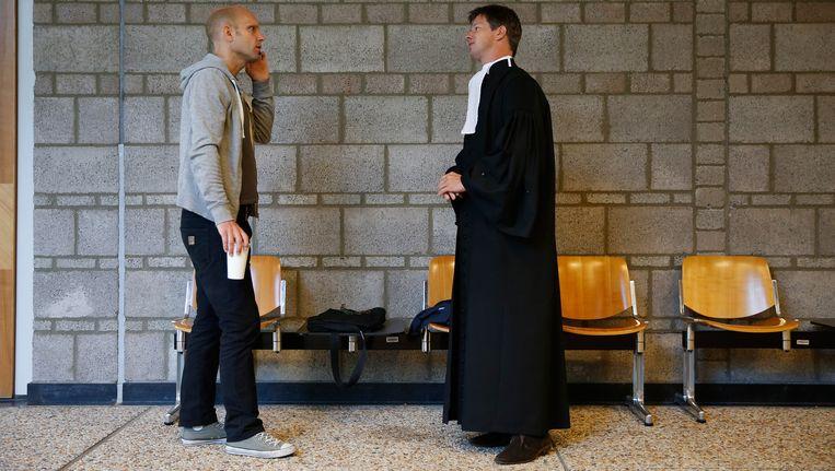 Activist Frank van der Linde en zijn advocaat Willem Jebbink in de rechtbank van Den Haag voorafgaand aan een kort geding over het gebruik van de omstreden nekklem. Van der Linde wil dat de politie onmiddellijk stopt met het gebruik van de nekklem om arrestanten onder controle te brengen. Beeld anp