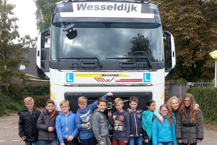 Leerlingen van de Fredericusschool in Velp leerden wat ze moeten doen als ze een vrachtwagen tegenkomen op straat.
