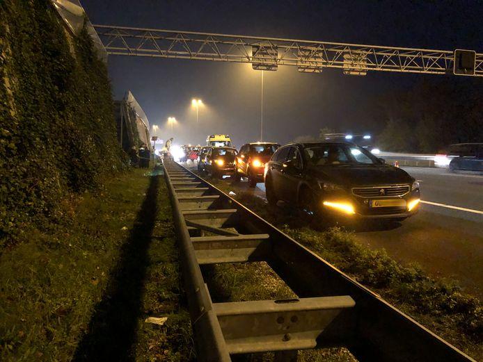 De gebotste auto's staan op de vluchtstrook langs de A12.
