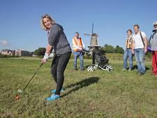 Zoeken in het hoge gras naar een golfbal tijdens Ballen op de Wallen