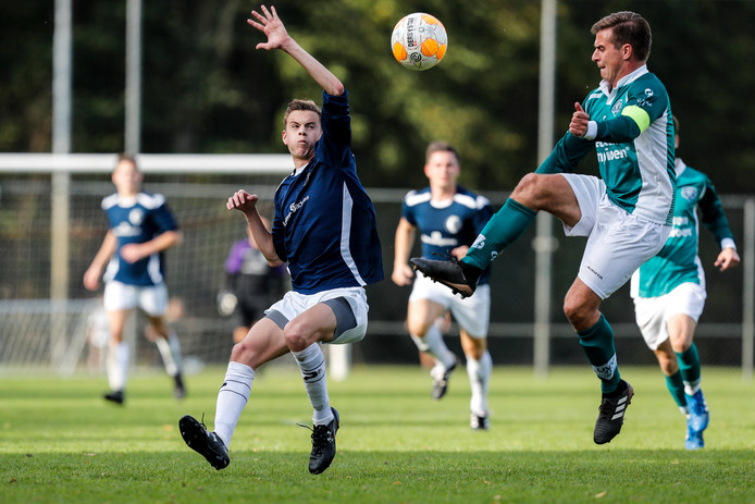 Sjoerd den Dekker (rechts) scoorde de 1-2 namens UVV'40.