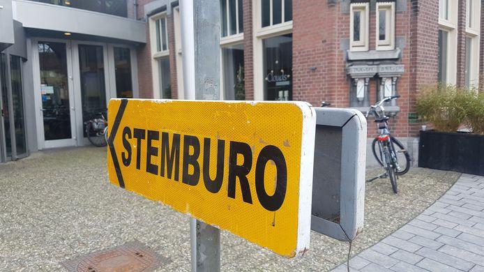 Bewegwijzering naar het stembureau in het gemeentehuis van Deurne.