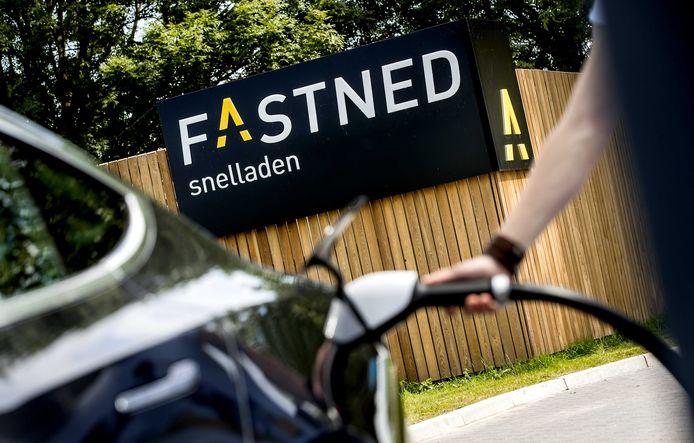 Een elektrische auto bij een snellaadstation van FastNed