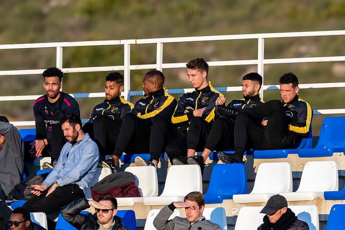 Kali, Kastaneer, Klomp, Fernandes en Korte op de tribune tijdens de oefenwedstrijd van NAC.