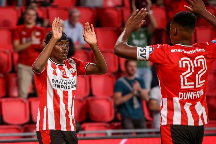 Noni Madueke en Denzel Dumfries vieren de 1-0 bij PSV-FC Emmen.